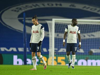 Para pemain Tottenham Hotspur kecewa usai kebobolan oleh gol gelandang Brighton and Hove Albion, Leandro Trossard dalam laga lanjutan Liga Inggris 2020/21 pekan ke-21 di American Express Community Stadium, Minggu (31/1/2021). Tottenham kalah 0-1 dari Brighton. (AFP/Glyn Kirk/Pool)