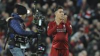 Striker Liverpool, Roberto Firmino, menyapa suporter usai mengalahkan Arsenal pada laga Premier League di Stadion Anfield, Liverpool, Sabtu (29/12). Liverpool menang 5-1 atas Arsenal. (AP/Rui Veira)