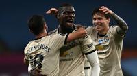 Gelandang Manchester United, Paul Pogba, merayakan gol yang dicetaknya ke gawang Aston Villa pada laga lanjutan Premier League di Villa Park, Jumat (10/7/2020) dini hari WIB. Manchester United menang 3-0 atas Aston Villa. (AFP/Shaun Botterill/pool)