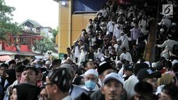 Kepadatan peserta Reuni 212 setibanya di Stasiun Gondangdia, Jakarta, Minggu (2/12). Kepadatan tersebut terkait acara Reuni 212 yang digelar di Monumen Nasional atau yang populer dengan Monas. (Merdeka.com/Iqbal S. Nugroho)