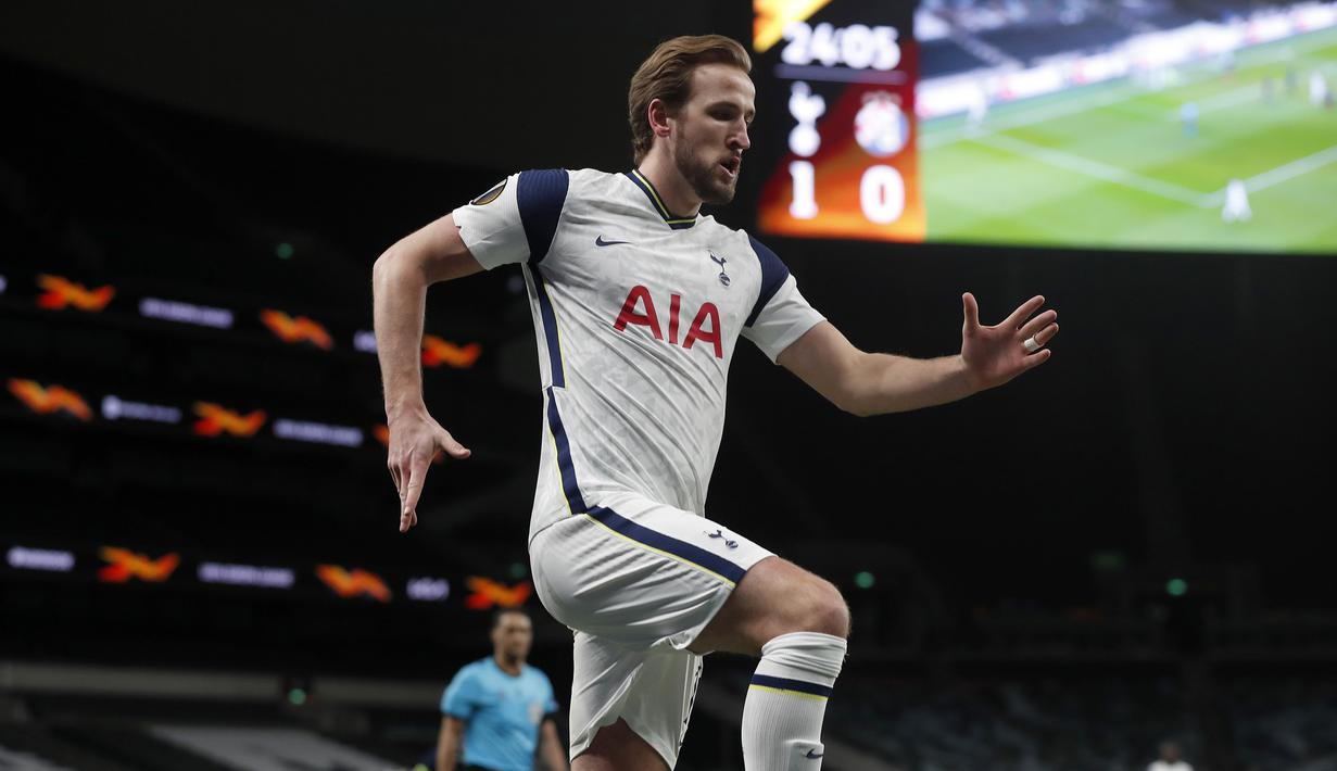 Striker Tottenham Hotspur, Harry Kane melakukan selebrasi usai mencetak gol pertama timnya ke gawang Dinamo Zagreb dalam laga leg pertama babak 16 besar Liga Europa 2020/2021 di Tottenham Hotspur Stadium, London, Kamis (11/3/2021). Tottenham menang 2-0 atas Dinamo Zagreb. (AP/Alastair Grant/Pool)