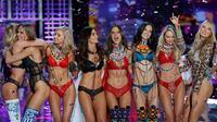 Model Romee Strijd bersama Candice Swanepoel, Adriana Lima, Alessandra Ambrosio, Lily Aldridge, Elsa Hosk dan model lain berpose menampilkan lini pakaian dalam di atas catwalk Victoria's Secret Fashion Show 2017 di Shanghai, Senin (20/11). (AP/Andy Wong)