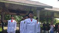 Fariza Putri Salsabila terpilih sebagai pembawa baki Bendera Merah Putih saat upacara pengibaran (Liputan6.com/ Lizsa Egeham)
