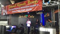 Wakapolri Komjen Syafruddin bernyanyi pada perayaan Persija Jakarta di Jetski Cafe, Pantai Mutiara, Jakarta Utara, Sabtu (28/4/2018). (Liputan6.com/Muhammad Adiyaksa)