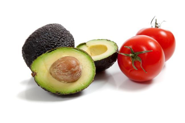 Nutrisi yang terkandung di dalam buah alpukat dan tomat bermanfaat baik buat kecantikan kulit/copyright drperlmutter.com