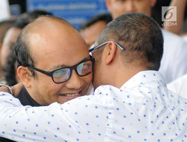 Tiba di KPK, Novel Baswedan Disambut Peluk Hangat Abraham Samad