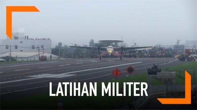 Taiwan menggelar latihan militer dengan mendaratkan pesawat jet di tengah jalan raya. Latihan ini antisipasi jika China melakukan invasi.