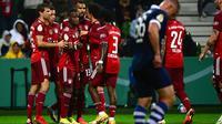 Para pemain Bayern Munchen merayakan gol dalam laga putaran pertama DFB Pokal 2021-22 di Bremen, Jerman utara (25/8/2021). Munchen menang telak atas Bremen SV dengan skor 12-0. (AFP/Patrik Stollarz)