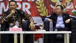 Ketua MPR Bambang Soesatyo (kiri) bersama Wakil Ketua DPD Sultan Najamudin (kanan) memberikan pemaparan tentang Refleksi Akhir Tahun di Kompleks Paerlemen, Senayan, Jakarta, Rabu (18/12/2019). (Liputan6.com/Johan Tallo)