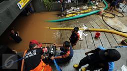 Petugas Damkar PB menyalakan mesin penyedot air saat melakukan pengeringan di salah satu pertokoan di Jalan Kemang Raya, Jakarta, Minggu (28/8). Dua lokasi parkir bawah tanah pertokoan di kawasan Kemang terendam air. (Liputan6.com/Helmi Fithriansyah)