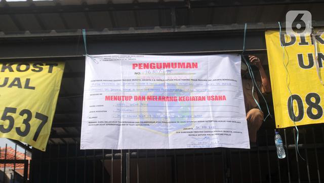 Petugas Sudin Parekraf Jakarta Barat bersama Satpol PP melakukan penyegelan Hotel Wisma Prima di Mangga Besar, Taman Sari, Jakarta Barat, Senin (31/5/2021). Izin usaha Hotel Wisma Prima dicabut dan ditutup secara permanen. (Liputan6.com/Herman Zakharia)