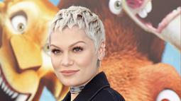 Penyanyi Jessie J berpose saat menghadiri pemutaran perdana film Ice Age: Collision Course di Fox Studios Lot, Los Angeles, AS, (16/7). Jessie J tampil macho dengan dengan jaket jeans dan rambutnya pendeknya. REUTERS / Danny Moloshok)