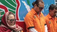 Komedian Tri Retno Prayudati alias Nunung (kiri) bersama suami July Jan Sambiran (tengah) dan tersangka lainnya dihadirkan dalam rilis kasus narkoba di Polda Metro Jaya, Jakarta, Senin (22/7/2019). Nunung beserta suami, July Jan Sambiran, ditangkap karena kasus narkoba. (Liputan6.com/Faizal Fanani)