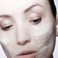 Membersihkan wajah memang baik untuk kulit, tapi saat berlebihan justru menimbulkan sejumlah masalah kulit. Kenali tandanya di sini.