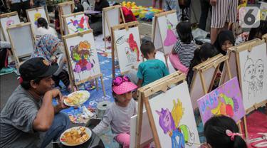 Anak-anak mewarnai gambar saat car free day (CFD) di kawasan Bundaran HI, Jakarta, Minggu (27/10/2019). Kegiatan tersebut digelar untuk melatih keterampilan motorik halus serta mengembangkan kreativitas dan imajinasi pada anak. (Liputan6.com/ Faizal Fanani)