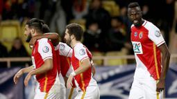 Lacina Traore (kanan) dalah penyerang yang pernah bermain di AS Monaco. Traore bermain di sana sejak 2014 hingga 2018, namun ia lebih banyak dipinjamkan ke klub lain. Total, Traore hanya bermain 35 kali di semua ajang dan mencetak 11 gol serta 3 assist. (Foto: AFP/Valery Hache)