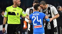 Bek Juventus, Mattia De Sciglio (dua dari kiri) dan Leonardo Bonucci (kanan) beradu argumen dengan penyerang Napoli, Lorenzo Insigne, pada laga Senin (4/3/2019) dini hari WIB, di San Paolo.  (AFP / Alberto Pizzoli)