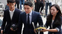 Mantan anggota boyband BIGBANG, Seungri (tengah) tiba untuk menjalani interogasi di Kantor Polisi Metropolitan Seoul, Rabu (28/8/2019). Polisi memanggil Seungri untuk memberikan keterangan atas tuduhan kasus perjudian di luar negeri. (AP/Ahn Young-joon)