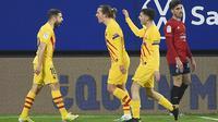 Tampak pemain Barcelona merayakan gol ke gawang Osasuna ketika kedua tim bentrok pada laga lanjutan Liga Spanyol, Minggu (07/03/2021) dini hari WIB. (ANDER GILLENEA / AFP)