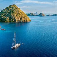 Melihat foto keindahan yang diunggah situs perjalanan dan para travel blogger memang seakan menjadi secuil gambaran surga tersembunyi, Labuan Bajo.