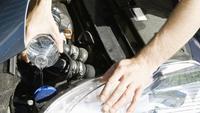 Tidak dianjurkan mengisi air radiator menggunakan air mineral atau air kemasan. (dok: axa.co.uk)