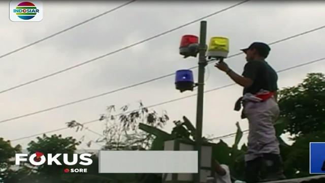 Perum Jasa Tirta 1 Begawan Solo dan BPBD pasang alat pendeteksi banjir di Desa Waru, Kebak Keramat, Papahan, dan Tasikmadu Kabupaten Karanganyar, Jawa Tengah.
