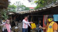 Relawan Solmet membagikan bantuan sembako untuk terdampak corona di Depok. (Istimewa)