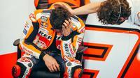 Marc Marquez tampak terharu usai kembali ke garasi timnya setelah menyelesaikan balapan MotoGP Portugal, Minggu (18/04/2021). (Twitter/Repsol Honda).
