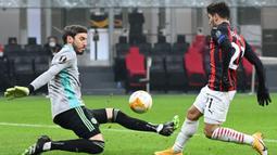 Gelandang AC Milan, Brahim Diaz, berusaha mencetak gol ke gawang Celtic pada laga lanjutan Liga Europa di Stadion San Siro, Jumat (4/12/2020) dini hari WIB. AC Milan menang 4-2 atas Celtic. (AFP/Vincenzo Pinto)