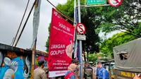 Anggota Satpol PP bersama Bawaslu Kota Depok saat melakukan penertiban APK pada masa tenang Pilkada Kota Depok, Senin (7/12/2020). (Foto:Liputan6/Dicky Agung Prihanto)