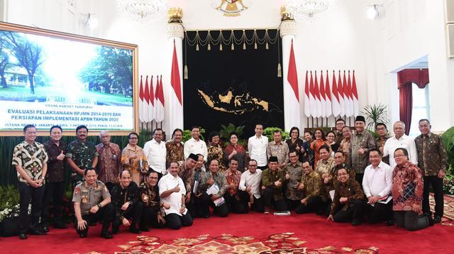 Presiden Jokowi dan Wapres Jusuf Kalla berfoto bersama menteri kabinet pemerintahan periode 2014-2019. (Foto: Biro Pers, Media, dan Informasi Sekretariat Presiden)