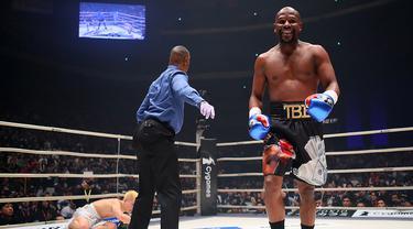 Petinju, Floyd Mayweather, berhasil mengalahkan kickboxer, Tenshin Nasukawa, pada laga eksebisi di Saitama Super Arena, Saitama, Senin (31/1). Tanding dengan aturan tinju, Mayweather menang TKO di ronde pertama. (AFP/Toshifumi Kitamura)