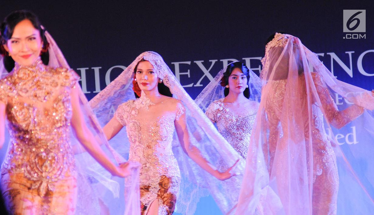 Model membawakan busana karya Anne Avantie pada acara Anne Avantie's Exclusive Trunk Show Collections di INACRAFT 2019 di Jakarta, Minggu (28/4). Desainer Anne Avantie mencoba menunjukkan proses kedewasaan seorang perempuan dengan kesan feminin. (Liputan6.com/Angga Yuniar)