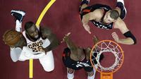 Aksi LeBron James saat Cavaliers kalahkan Raptors (AP)
