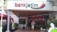 Kantor Bank Jatim Cabang Tuban disemprot disinfektan. (Ahmad Adirin/Liputan6.com)