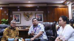 Direktur Pusat Studi Konstitusi FH Universitas Andalas, Feri Anshari (tengah) menjawab pertanyaan bersama Ketua KPU RI, Arief Budiman di Jakarta, Selasa (27/11). Pertemuan untuk menindaklanjuti putusan MK, MA dan PTUN. (Liputan6.com/Helmi Fithriansyah)