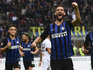 Gelandang Inter Milan, Roberto Gagliardini, merayakan gol yang dicetaknya ke gawang Genoa pada laga Serie A Italia di Stadion San Siro, Milan, Sabtu (3/11). Inter menang 5-0 atas Cagliari. (AFP/Miguel Medina)