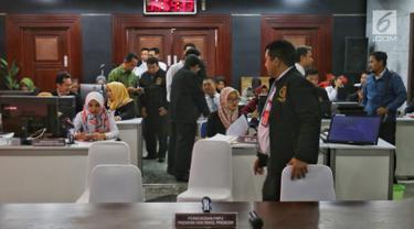 Suasana pendaftaran pengajuan gugatan hasil Pemilu 2019 di Gedung Mahkamah Konstitusi, Jakarta, Jumat (24/5/2019). Batas akhir pengajuan gugatan hasil Pileg 2019 pada Jumat, 24 Mei pukul 01.46 WIB, sementara untuk Pemilu Presiden ditutup pada Jumat, 24 Mei pukul 24.00 WIB. (LiPutan6.com/Johan Tallo)