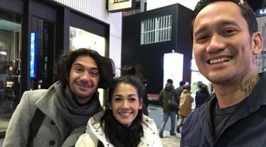 Aktor Tora Sudiro berfoto bersama istrinya, Mieke Amalia dan Reza Rahadian saat liburan di Jepang. Dalam liburannya, Tora bersama keluarga tak sengaja bertemu aktor Reza Rahadian di Jepang. (instagram.com/t_orasudi_ro)