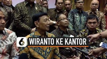 Menteri Koordinator Bidang Politik, Hukum, dan Keamanan (Menko Polhukam) Wiranto keluar dari RSPAD Gatot Soebroto Jakarta, Sabtu (19/10/2019). Wiranto mengaku sengaja bolos dari RSPAD demi bertemu dengan para pegawai dan staf Kemenko Polhukam, sebelu...