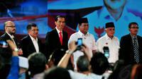 Capres-cawapres pasangan Jokowi-JK dan Prabowo-Hatta tampak berfoto bersama. Jakarta, Minggu (15/6/14) (Liputan6.com/Johan Tallo)