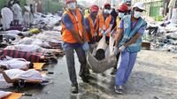 Proses evakuasi korban tragedi Mina. (Reuters)