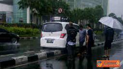 Citizen6, Senayan: Citizen6, Senayan: Sebuah mobil Honda freed dengan nomor polisi B 8448 DE menabrak dan mendarat di atas pembatas jalan depan Senayan City ketika sedang hujan gerimis, Selasa (13/3). (Pengirim: Puspitaningtyas)