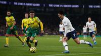 Striker Tottenham Hotspur, Son Heung-Min berusaha merebut bola dari bek Norwich City, Max Aarons pada pekan ke-24 Liga Inggris di Tottenham Hotspur Stadium, London, Rabu (22/1/2020). Dele Alli dan Son Heung-min mencetak gol untuk membawa Tottenham Hotspur menang 2-1 atas Norwich. (Adrian DENNIS/AFP)