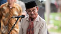 Presiden ke-3 B.J. Habibie saat menghadiri Tabur Bunga Keluarga Korban 98 di TPU Pondok Ranggon, Jakarta Timur, Rabu (8/5/). (Liputan6.com/Gempur M Surya)