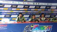 Gupita Kresna (tengah) makin mulus rebut juara kelas sport 150 cc Pro di Yamaha Sunday Race 2018 (Liputan6.com/Defri Saefullah)