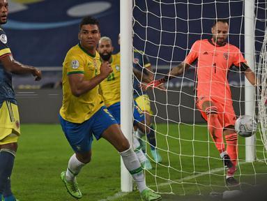 Casmeiro menjadi pahlawan Brasil pada pertandingan ini. Berkat dirinya, Brasil dapat membawa pulang poin penuh pada pertandingan ini dan semakin nyaman duduk di puncak klasemen sementara Grup B Copa America 2021. (Foto: AP/Silvia Izquierdo)
