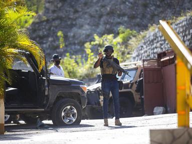 Penjaga kepresidenan berpatroli di pintu masuk kediaman mendiang Presiden Haiti Jovenel Moise di Port-au-Prince, Haiti, Rabu (7/7/2021).  Jovenel Moise dibunuh dalam aksi penyerangan di kediaman pribadinya pada Rabu (7/7/2021). (AP Photo/Joseph Odelyn)