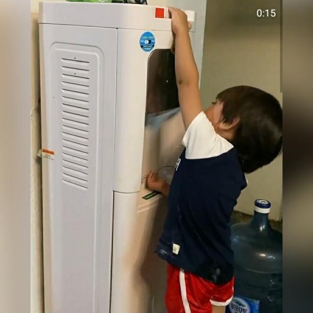 Melihat Bhre Kata yang sudah bersiap mencuci tangan di dispenser, Zaskia Adya Mecca secara spontan melarang perbuatan anaknya itu. (https://www.instagram.com/p/CAGs74OnIuZ/)