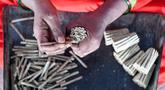 Pekerja membuat rokok linting atau beedi di sebuah pabrik di Nizamabad, India, 10 Oktober 2019. Beedi adalah sebutan untuk rokok linting murah ala India. (NOAH SEELAM/AFP)